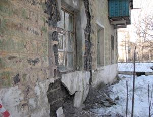 В Челябинске разрушилась часть фасада многоквартирного дома, возможно обруш ...