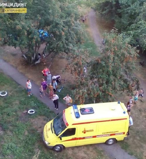 ВЕкатеринбурге ребенок впал вкому после падения сдевятого этажа