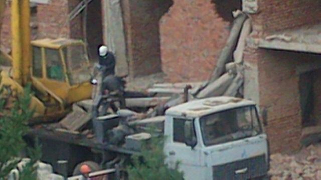 ВСысерти рабочего засыпало обвалившимися перекрытиями недостроенного здания