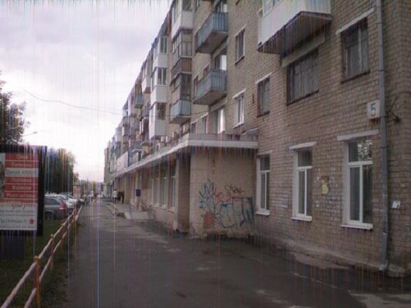 ВКаменске-Уральском коллекторы изрисовали подъезд опасностями жильцу, которого нет