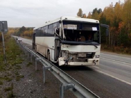 Науральской трассе рейсовый автобус втумане протаранил экскаватор