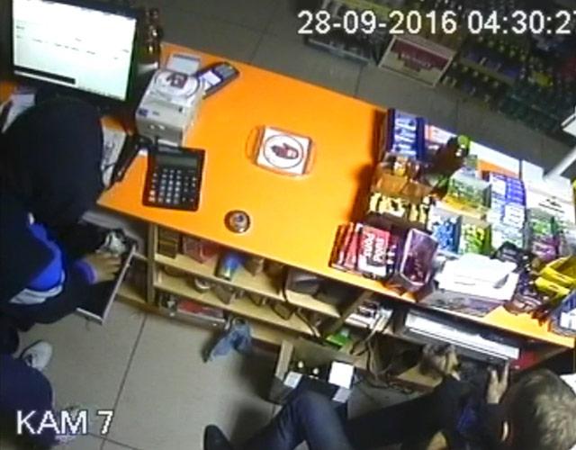 ВЕкатеринбурге преступники заночь обчистили два алкомаркета