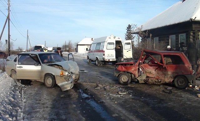 ВАртемовском наскользкой дороге столкнулись две машины: пострадали 4 человека