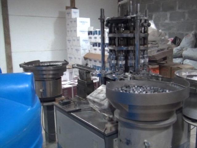 Свердловская ФСБ закрыла завод порозливу нелегального алкоголя