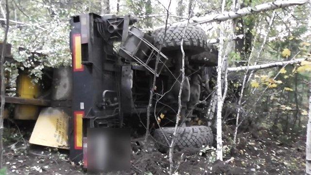 Автокран перевернулся нагорной дороге под Златоустом