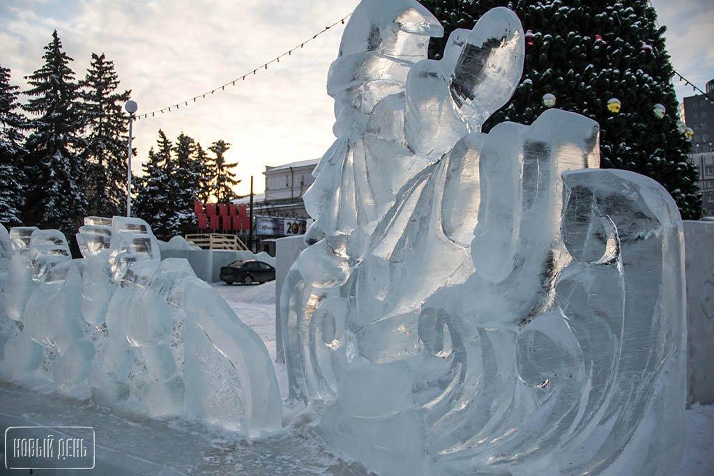 Пингвины, горки ифигура ОТВ. ВЧелябинске открыли ледовый городок
