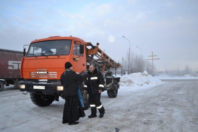 ВНефтеюганском районе священник освятил места погибели водителей ипассажиров